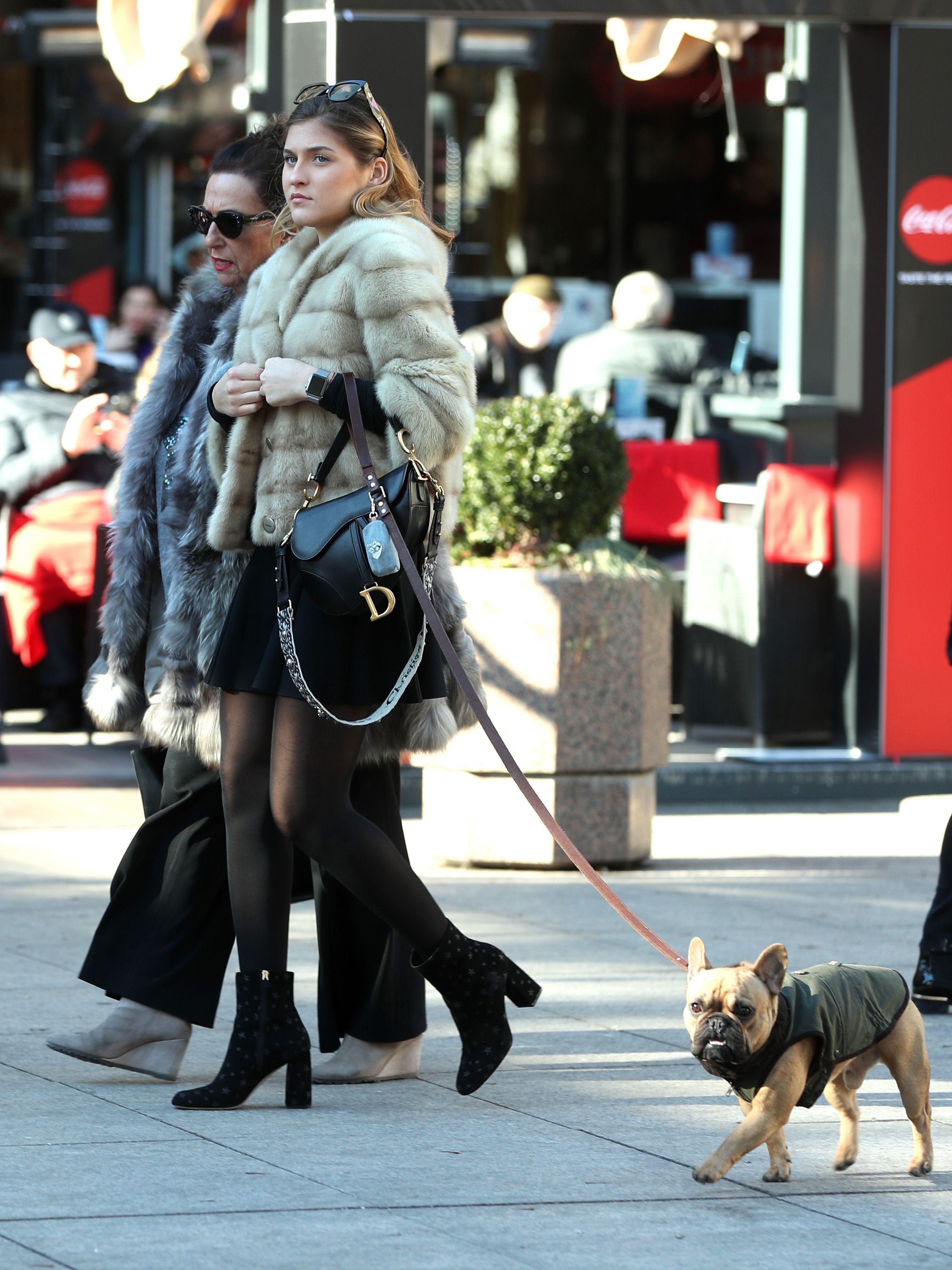Ljepotica prošetala gradom u minici i s torbom za kojom fashionistice ove sezone uzdišu!
