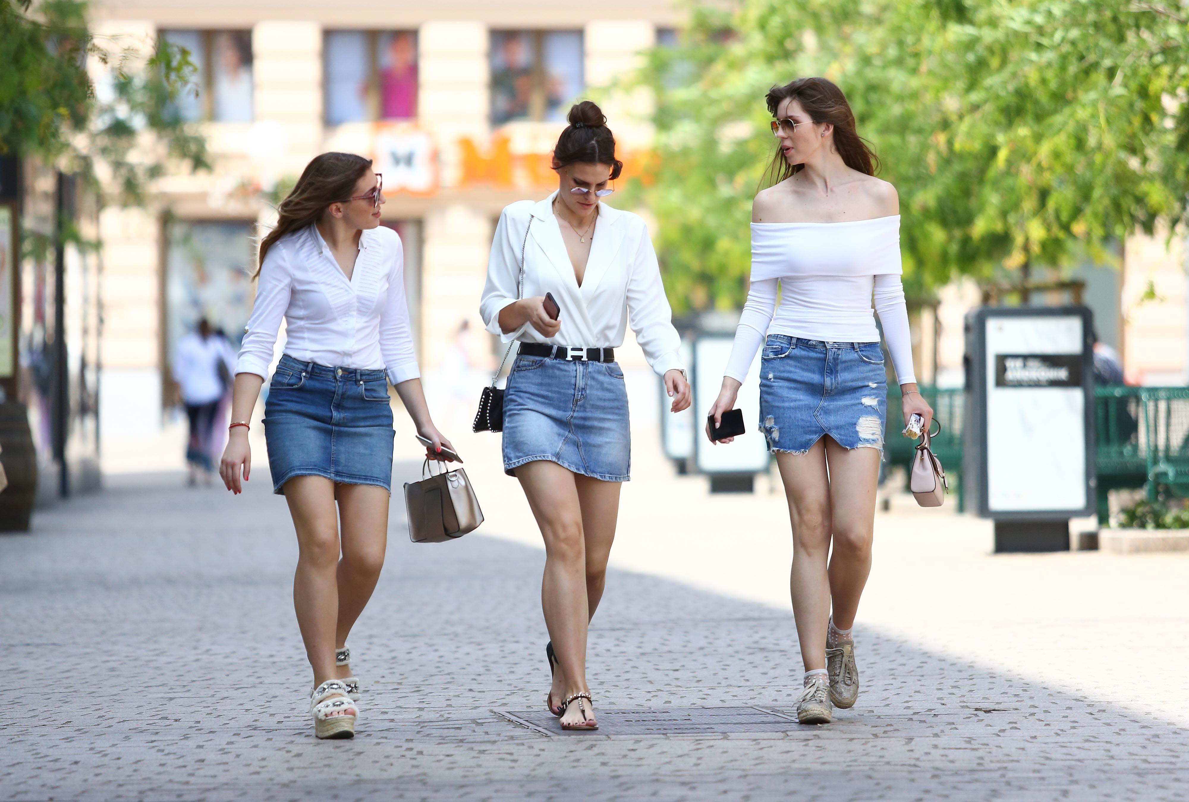 Atraktivne i identično odjevene: Tri brinete u centru grada pokazale kako izgleda ljetna uniforma