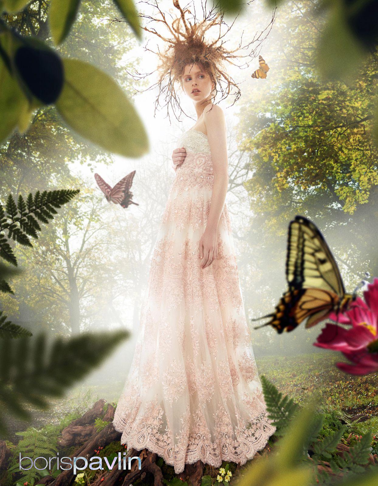 Haljine od svile urešene su tisućama perlica, a žensko tijelo  obavijaju poput zraka svjetlosti