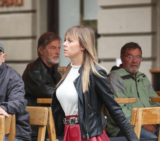 Zgodna plavuša sa zagrebačke špice nosi upečatljivu suknju, ali i hit čizme koje cure i dalje obožavaju!