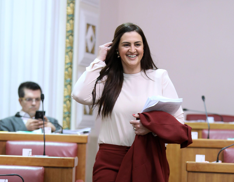 Iako su roza odijela hit, zastupnica Ivana Ninčević Lesandrić odlučila se za odlično bordo