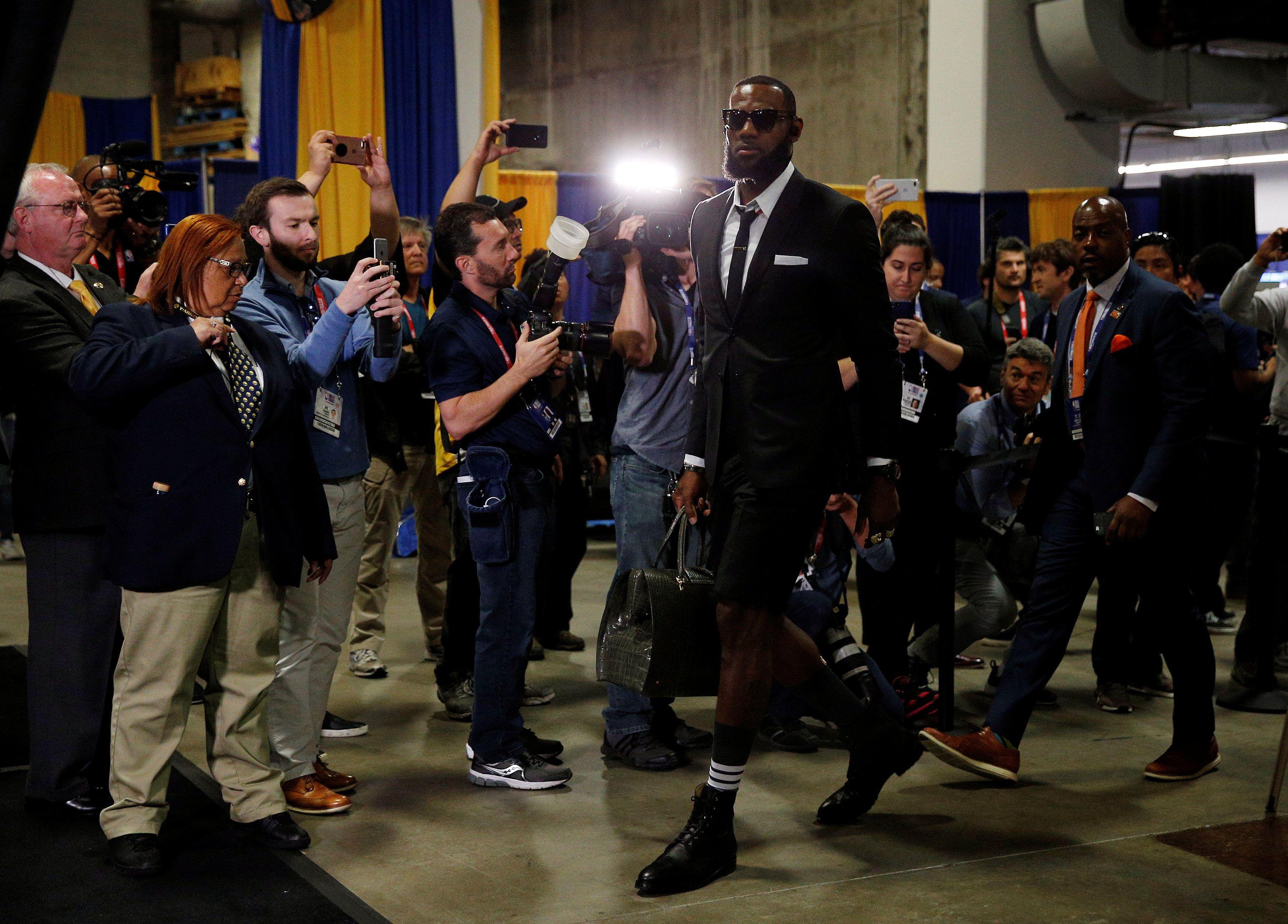 Koliko si cool od 1 do LeBron James? Pa njemu kratke hlače na odijelo i različite čarape stoje savršeno!