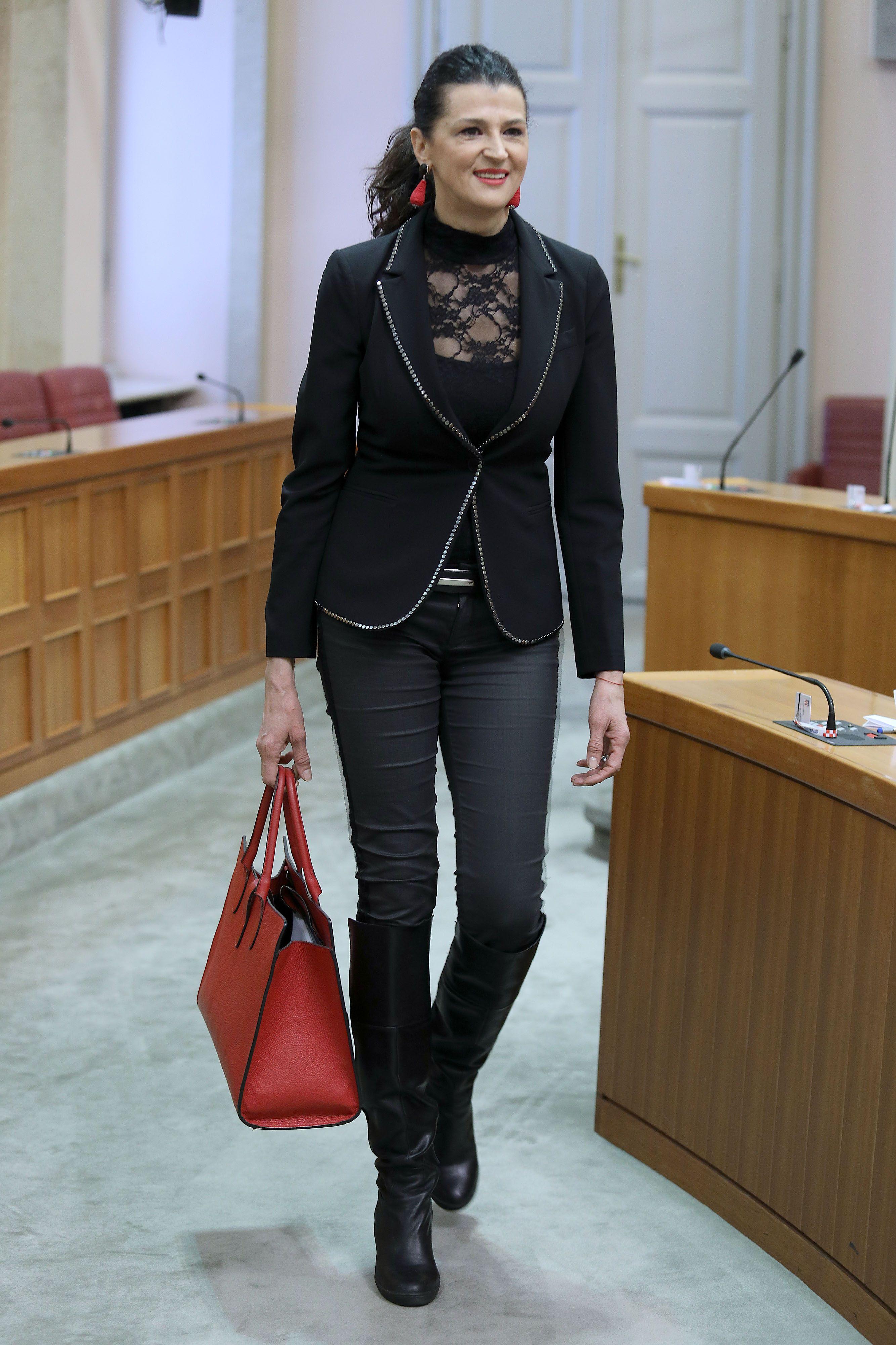 Može li se čipkasto nositi i u Sabor? Ako pitate zastupnicu Romanu Jerković - da!