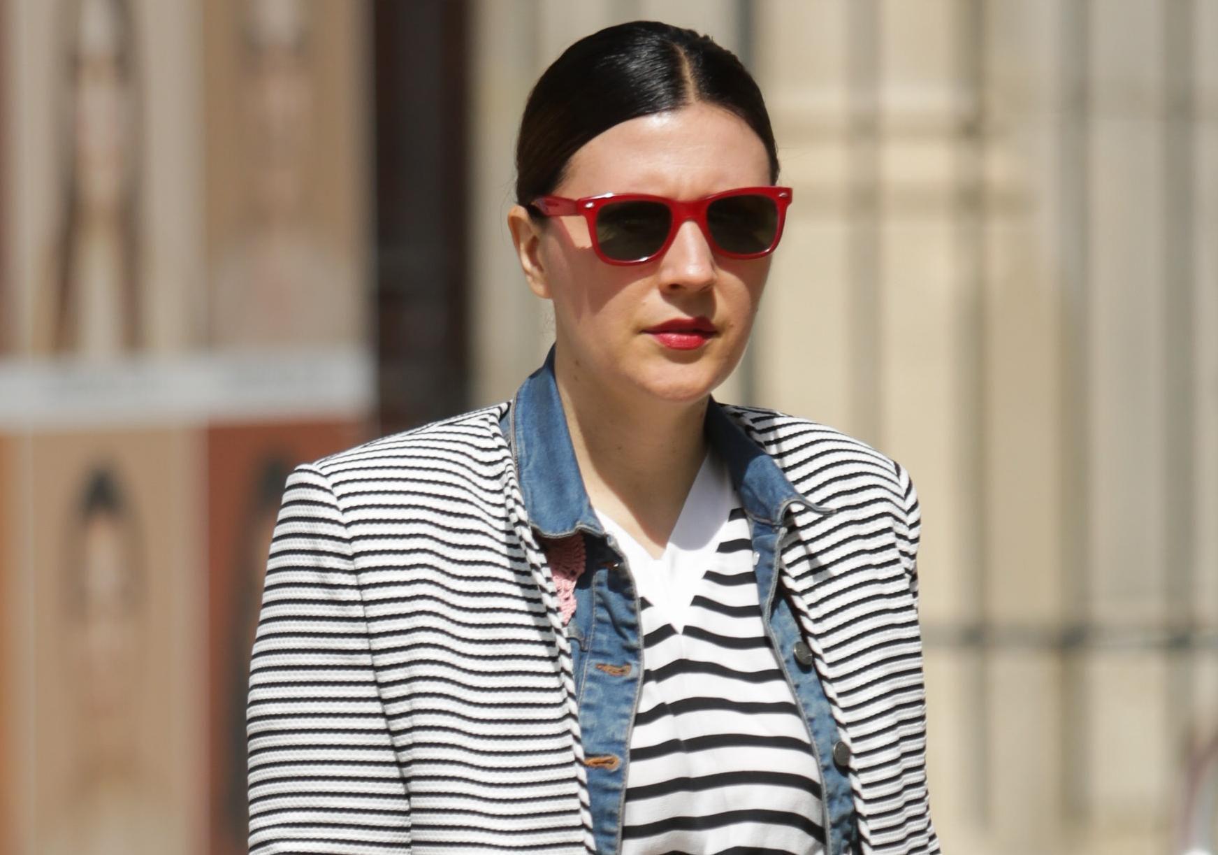 Ova dama zna formulu za super styling: Prugice, traper i puno crvene!