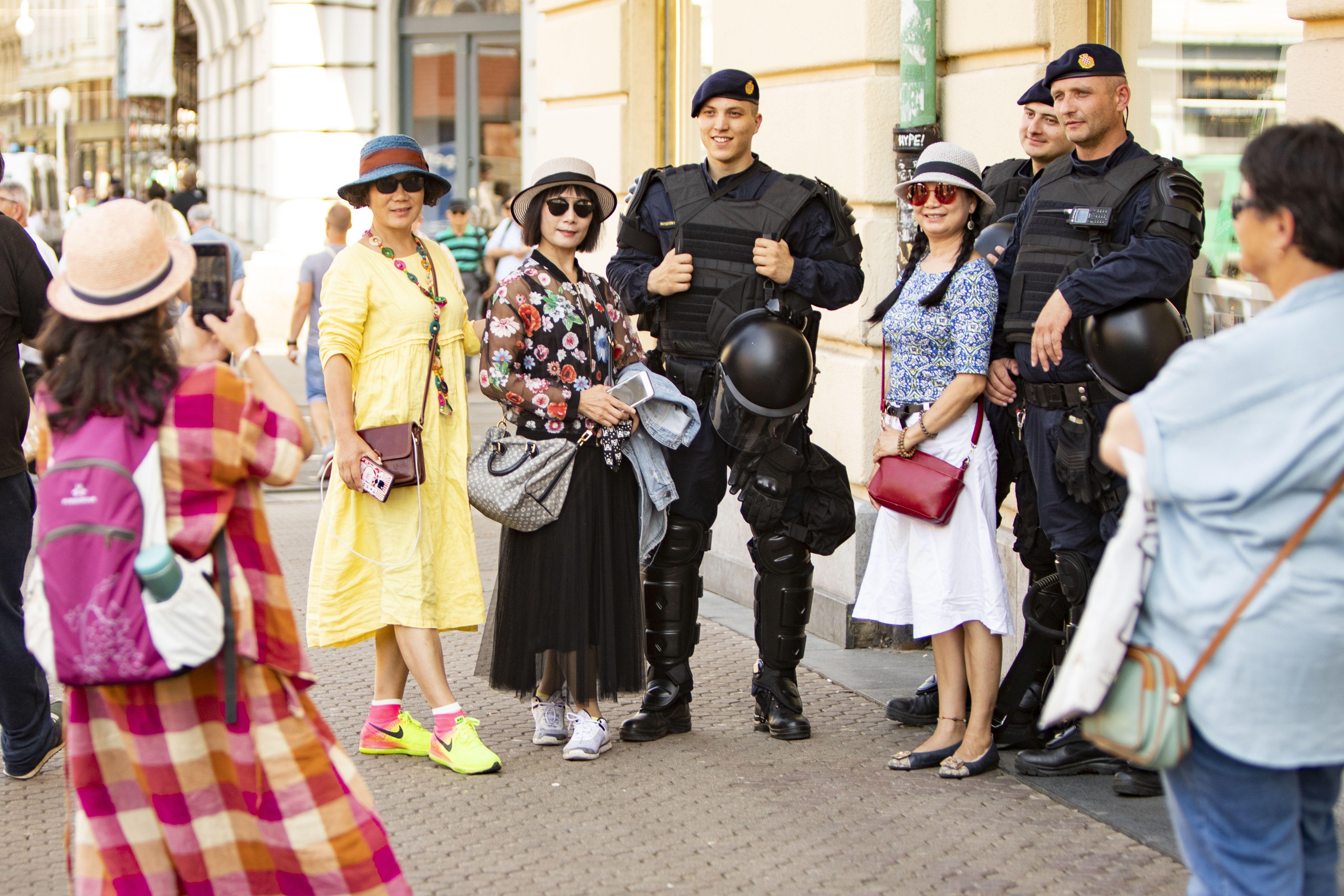 Malo drukčiji street style: Interventna policija spremno se fotografirala s turistkinjama u centru Zagreba