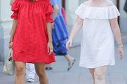 Djevojke u sličnim ljetnim haljinama prošetale gradom