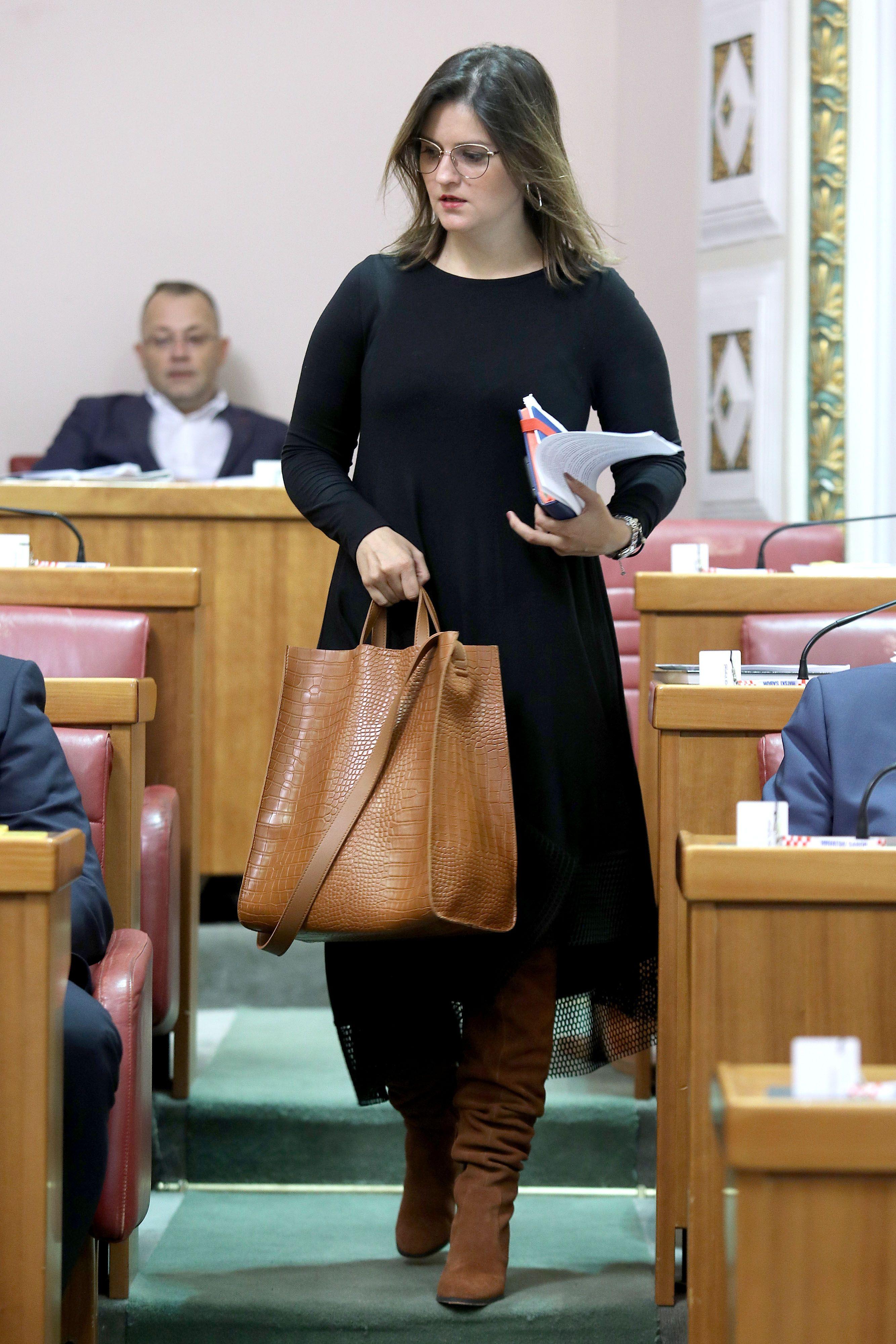 Zastupnica Marija Puh u maloj crnoj haljini i hit čizmama očitala je modnu lekciju Saboru