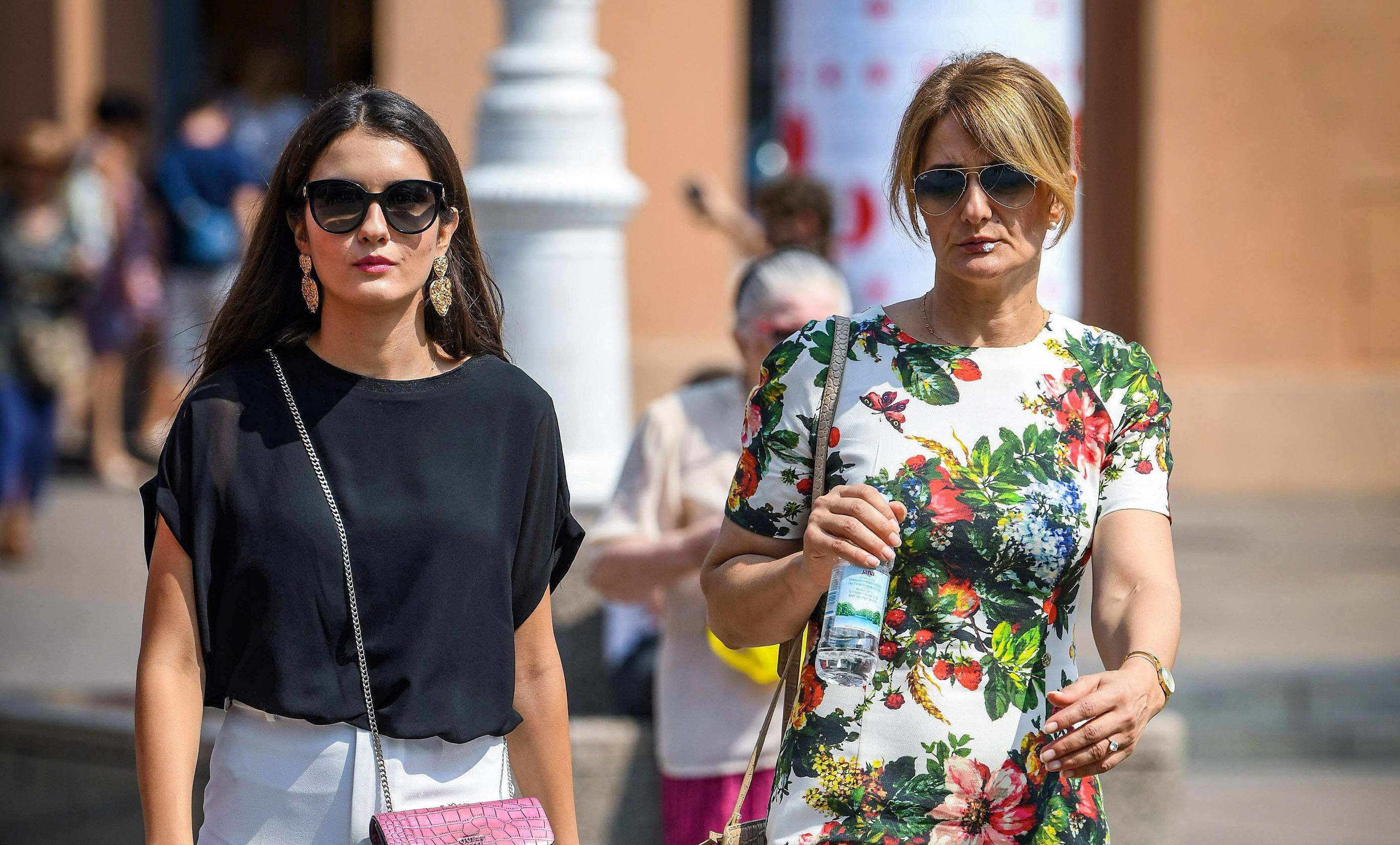 Kakva mama, takva kći: Stylish duo prošetao glavnim trgom u super izdanjima