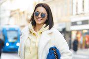 Kožne hlače, najtopliji kaputić i hit model torbe ove sezone: Ova dama stvarno zna kako ukrasti pozornost na špici!