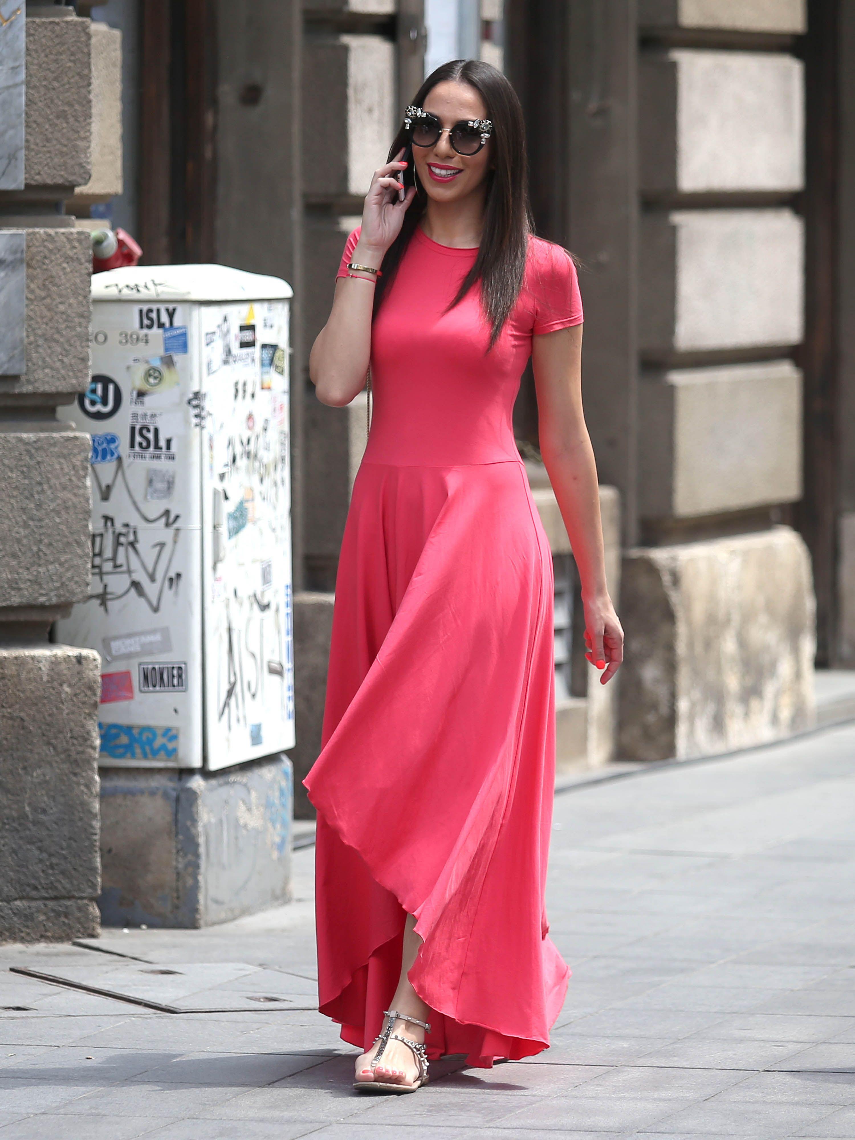 Zanosna brineta u upečatljivoj haljini pokazala odličnu figuru i osvojila divnim osmijehom