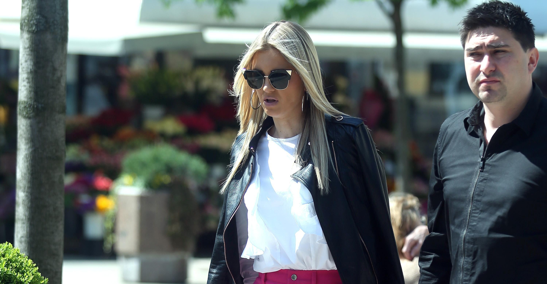 Zbog jarkoružičastih hlača cijela je špica gledala u zgodnu fashionisticu