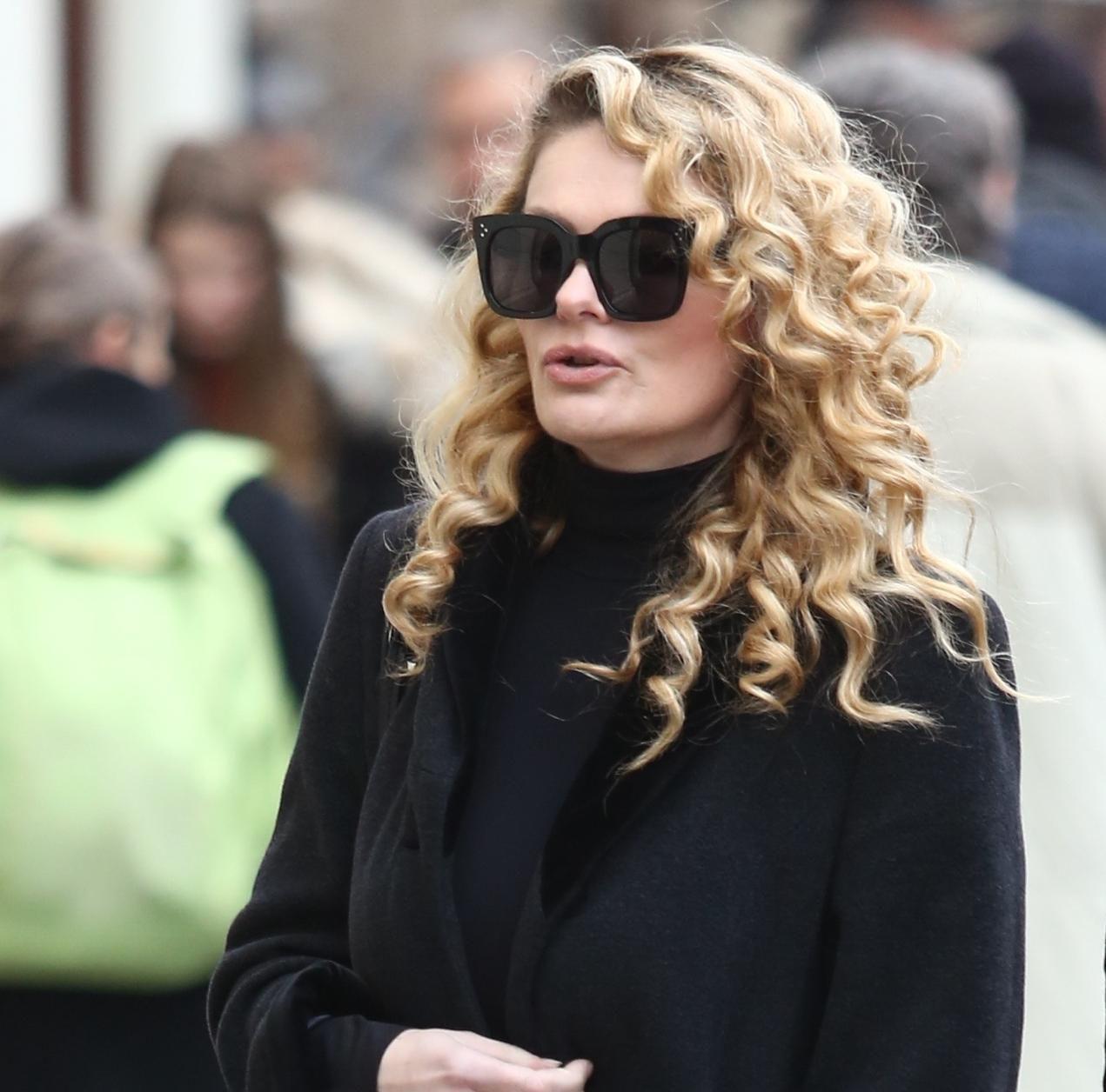 Elegantan kaput i cool tenisice? Ona je pokazala da mogu izgledati odlično!