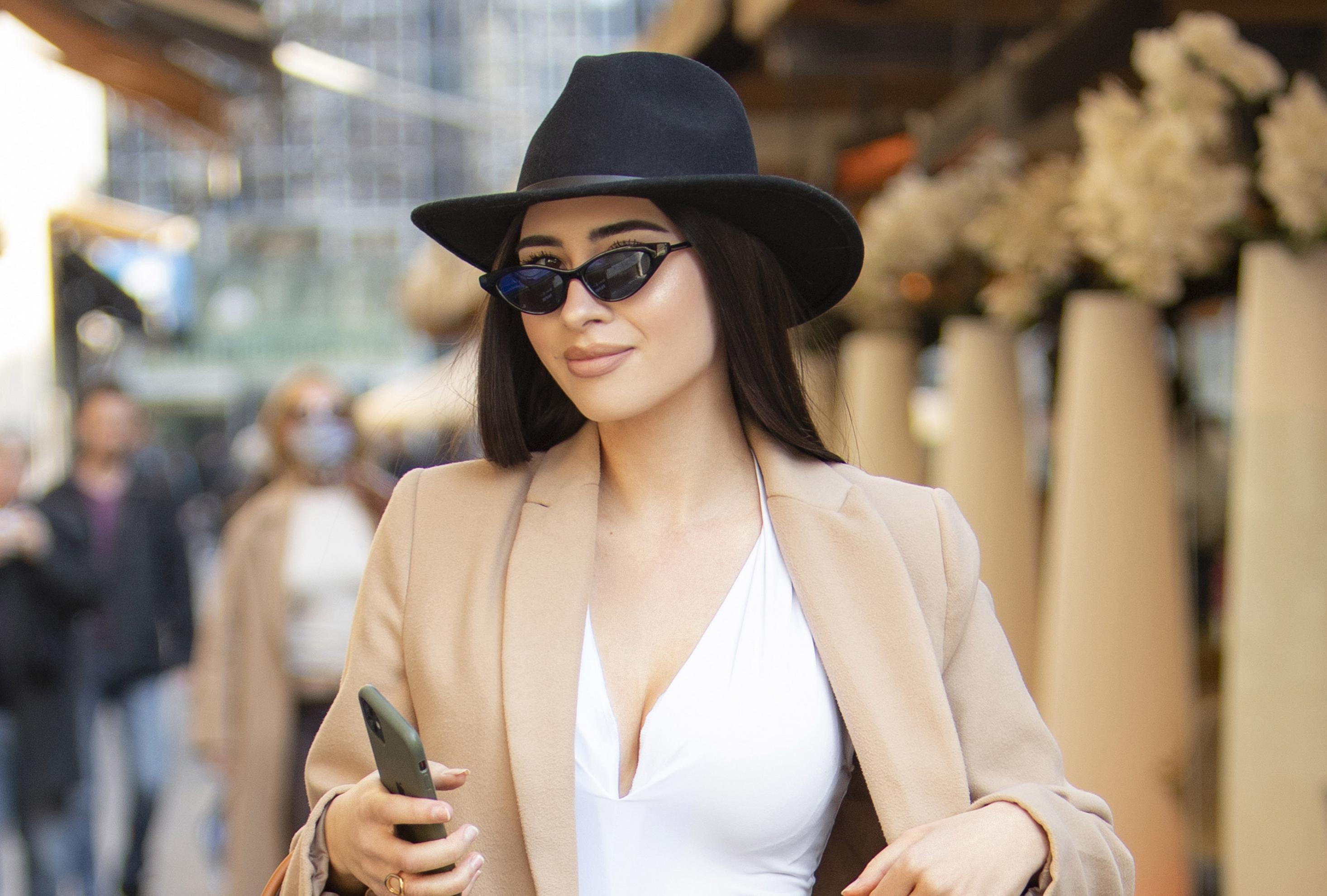 Zgodnoj brineti odlično pristaje kombinacija minice i čizama: 'Volim sportski stil, ali češće sam u elegantnom'