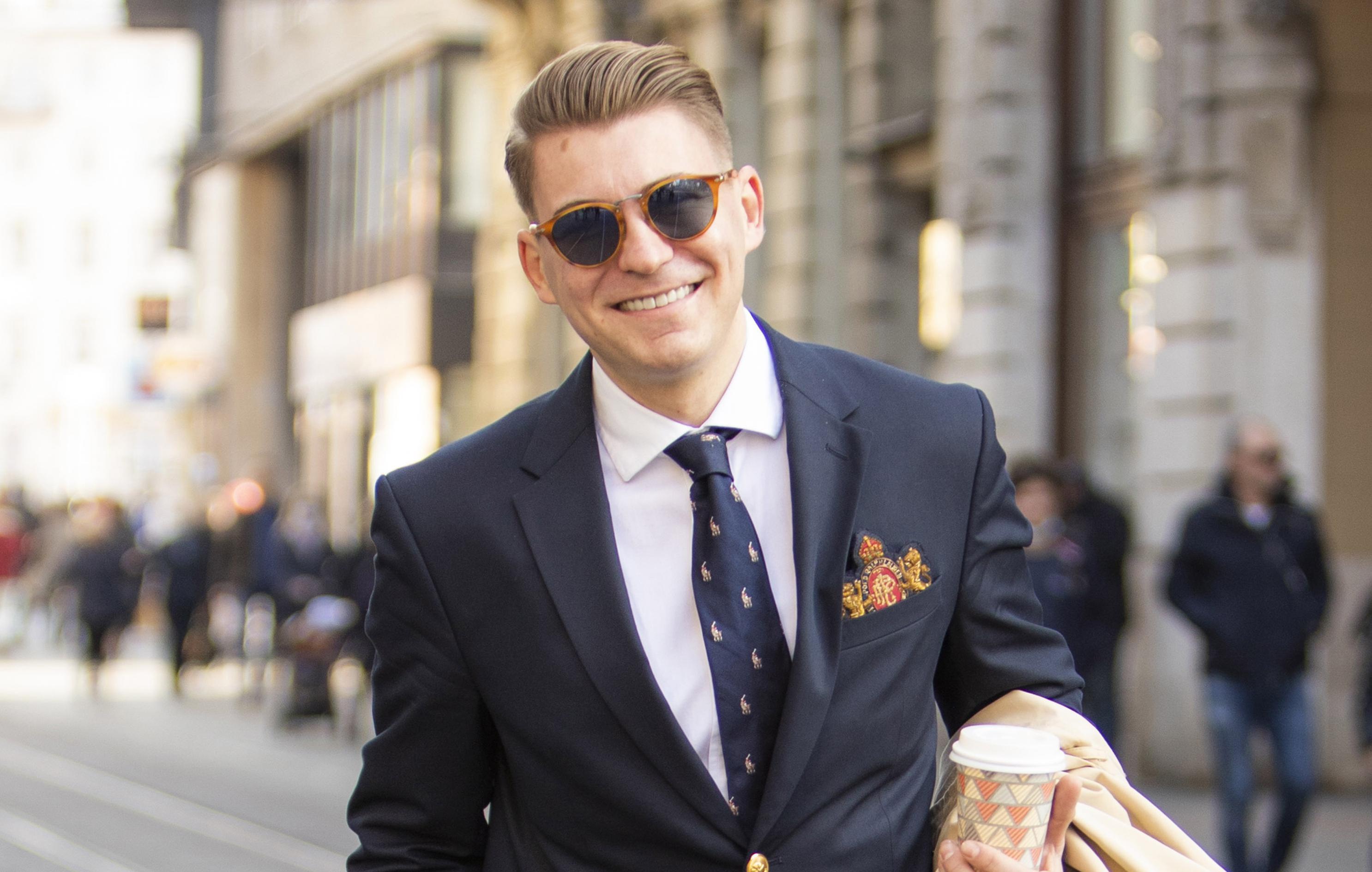 VIsoke čizme i elegantno odijelo? Takav spoj na špici još nismo vidjeli, pogledajte kako ga nosi student međunarodnih odnosa