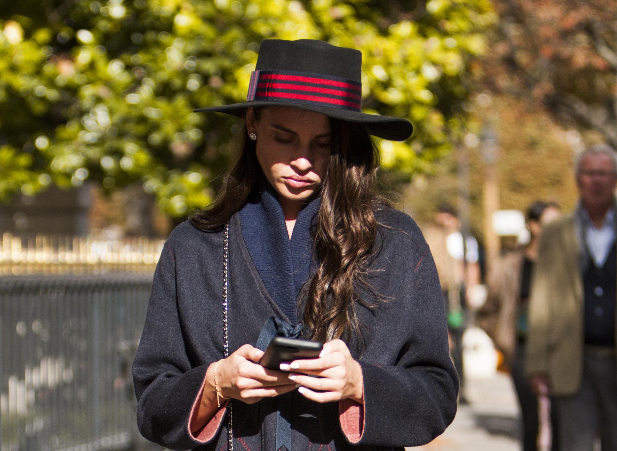 Ono kad aposlutno ne mariš za modna pravila: Zgodna brineta ukrala pozornost prolaznika